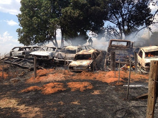 Incêndio atingiu carros apreendidos do posto da PRF. (Foto: Diego Hurtado/TVCA Rondonópolis)