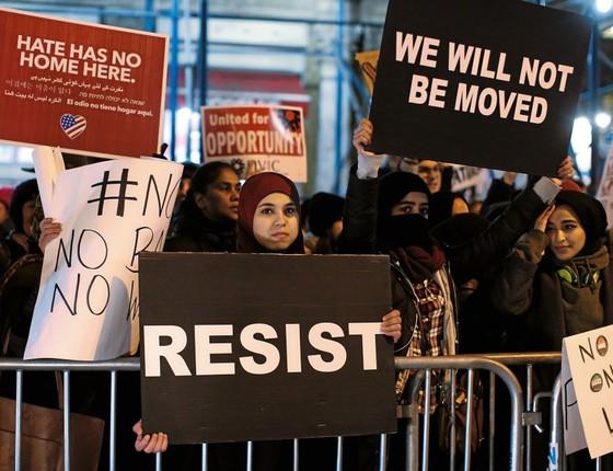 Manifestantes ,no aeroporto de Nova York,protestaram contra o decreto da Nova York (Foto:  Brendan McDermid / Reuters)