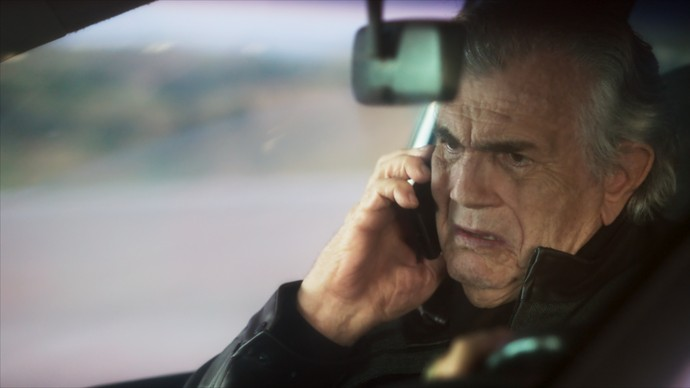 Fausto conversa com Pedro ao telefone (Foto: TV Globo)