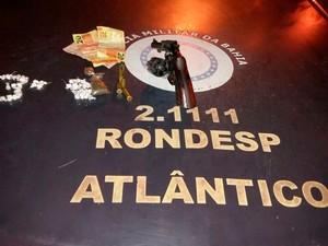 Armas e drogas foram encontradas com suspeito, segundo polícia (Foto: Divulgação / PM)