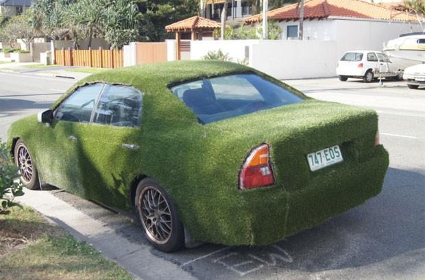Mitsubishi Magna foi coberto um com carpete verde. (Foto: Reprodução/eBay)