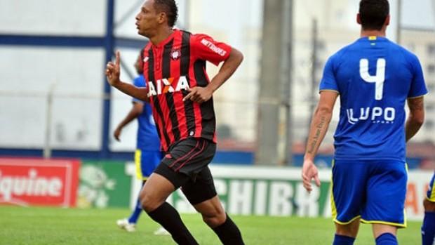 Marcão comemora primeiro gol do Atlético-PR sobre o São Caetano (Foto: Gustavo Oliveira / Site oficial Atlético-PR)