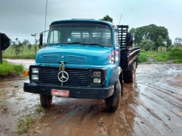 Suspeitos foram encontrados em caminhão na SP-270 (Foto: Divulgação/Polícia Rodoviária de Piraju)