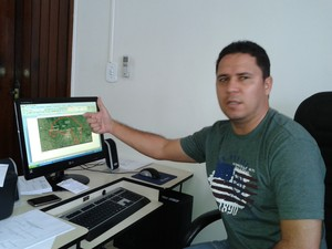 Coordenador da Funai em Alagoas explica processo de delimitação da área. (Foto: Carolina Sanches/G1)