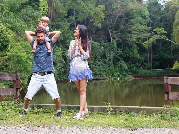 Em passeio pela área externa casa, Hudson coloca o filho nos ombros (Foto: Marcelo Navarro/ Ed. Globo)