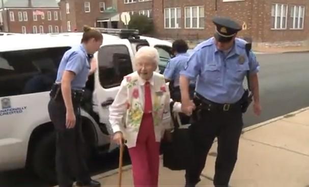 Edie Simms, de 102, anos realiza sonho de ser presa (Foto: Reprodução/Youtube)