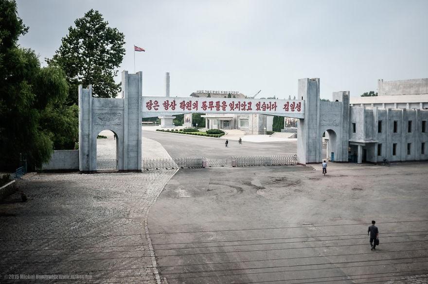 """Quartel com a inscrição: """"O Partido Comunista nunca se esquecerá dos companheiros de Rakwon"""". Rakwon é uma das cidades mais pobres do país (Foto: Michal Huniewicz)"""