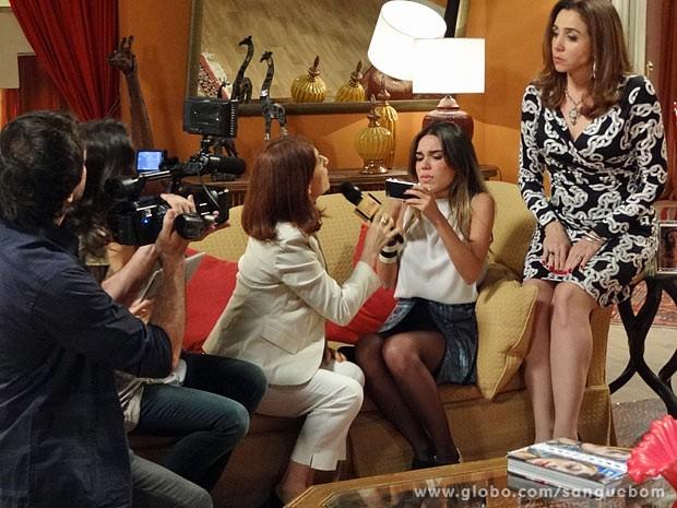 A jornalista quer saber onde está Bárbara Ellen (Foto: Sangue Bom / TV Globo)