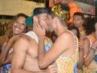 Em clima de paquera, casais beijam muito no último dia de carnaval