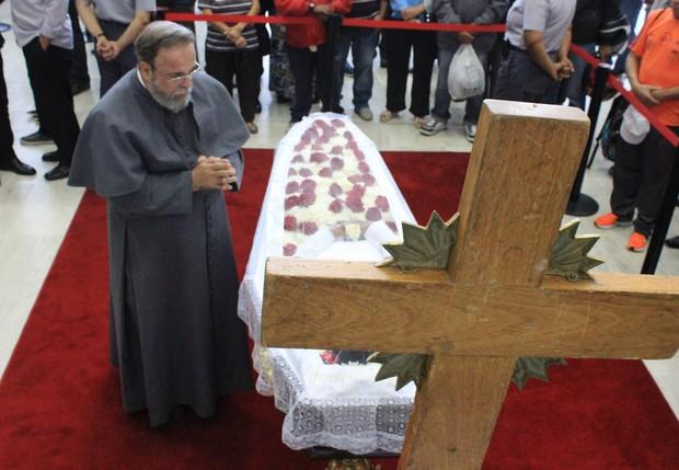 Padre Antonio Maria no velório de Jair Rodrigues (Foto: Celso Tavares/ EGO)