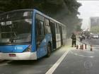 Ônibus pega fogo e complica trânsito na Avenida 23 de Maio