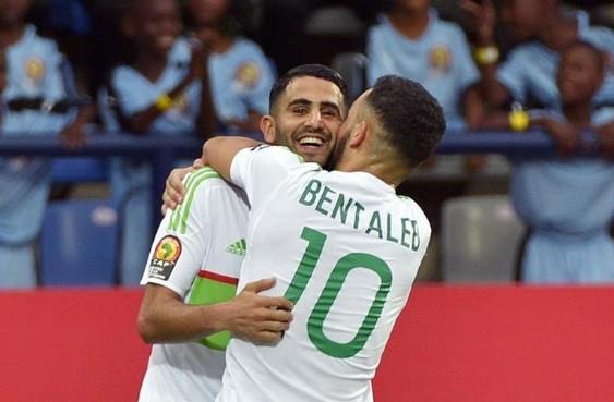 Bentaleb abraça Mahrez, autor de dois gols na partida da Argélia