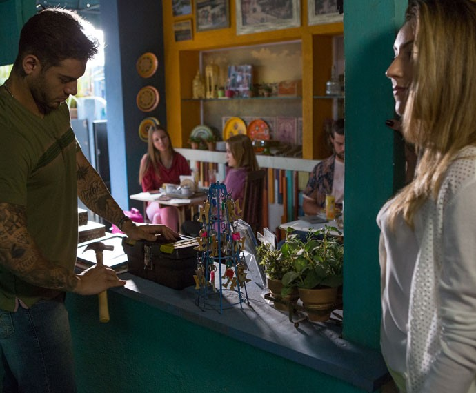 Uodson leva cantada de loira italiana no hostel. Tá podendo! (Foto: Fabio Rocha/Gshow)