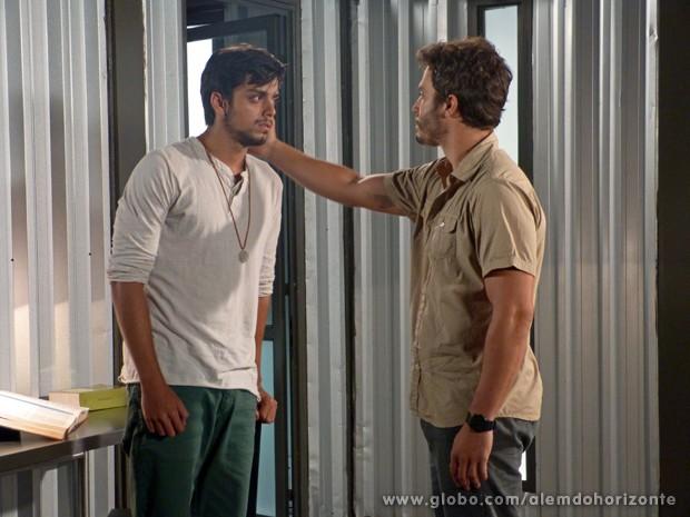 Preocupado, William pede para Marlon não falar nada para LC (Foto: Além do Horizonte/TV Globo)