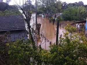 Cheia em rio no Bairro Marmit, em Estrela, reduziu alguns centímetros (Foto: Bruna Ostermann/RBS TV)