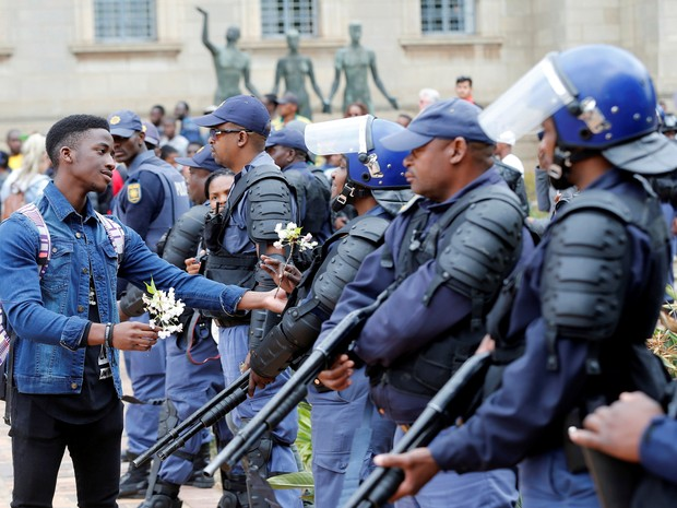 Antes de confronto, estudante chegou a oferecer flores aos policiais (Foto: Siphiwe Sibeko/Reuters)