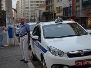 Em fileira, taxistas esperam por novas corridas no Centro de Campinas (Foto: Marina Ortiz/ G1)