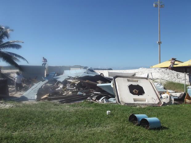 Quiosques são demolidos na Praia do Forte, em Cabo Frio, RJ (Foto: Heitor Moreira/G1)
