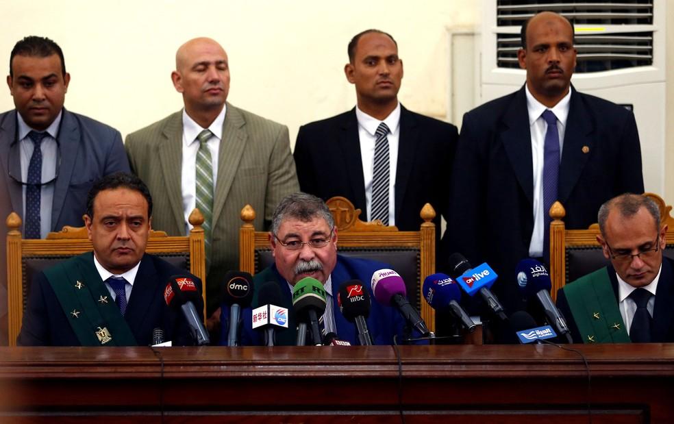 Juiz Hassan Farid dá veredito a réus acusados de envolvimento no assassinato de Hisham Barakat (Foto: REUTERS/Amr Abdallah Dalsh)