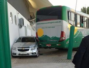 Ônibus parou ao atingir carro do presidente do Atlético-MG (Foto: Luciana Machado)
