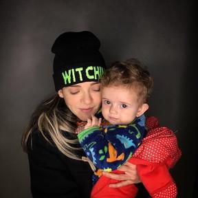 Karen Jonz, mulher de Lucas Silveira, da banda Fresno, e a filha dos dois, Sky (Foto: Reprodução / Instagram)