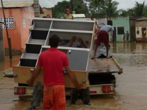 População tenta salvar móveis desde a noite de segunda-feira (18) (Foto: Glaydson Castro / TV Liberal)