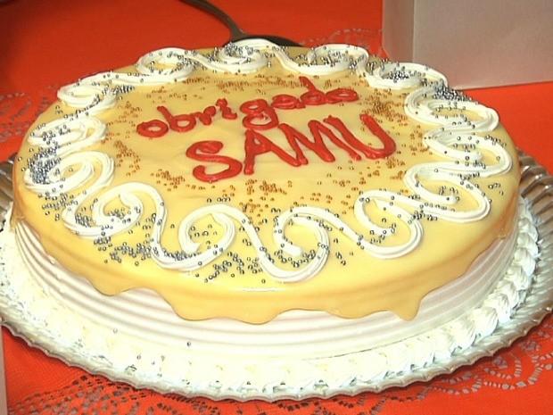 Rômulo e sua família levaram um bolo de agradecimento para o Samu (Foto: Leandro Silva/G1)