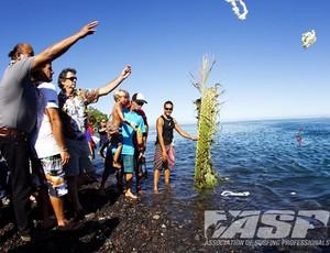 Homenagem a Andy Irons no Taiti (Foto: ASP/ Kirstin)