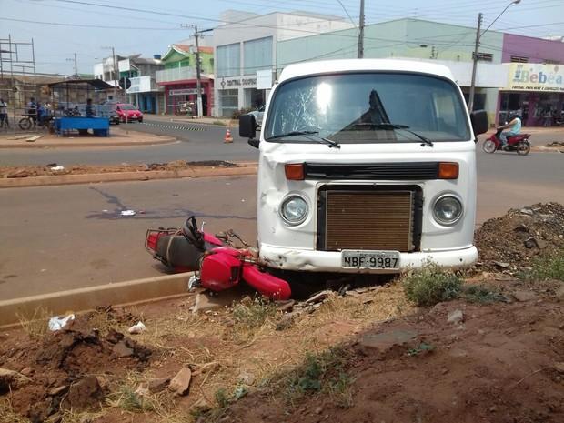 Parte da moto ficou presa debaixo de kombi em Pimenta (Foto: Reprodução/ WhatsApp)
