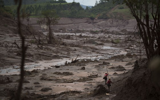 Bombeiros buscam sobreviventes após rompimento de barragens da Samarco em Mariana, Minas Gerais (Foto: Felipe Dana/AP)