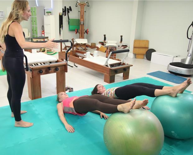 Com a ajuda da professora, as apresentadoras encaram a modalidade (Foto: TV Globo/Carol Caminha)