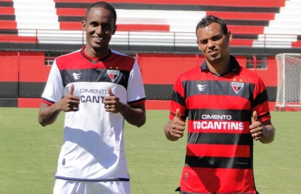 Leonardo e Bida posam com o novo uniforme do Atlético-GO (Foto: Divulgação/Atlético-GO)