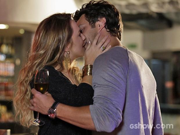Finalmente! Shirley dá beijão em Laerte (Foto: Fábio Rocha/ TV Globo)