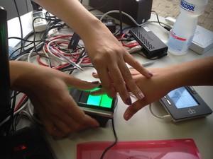 Recadastramento biométrico em Rio Branco (Foto: Veriana Ribeiro/G1)