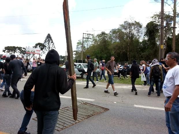 Armados de paus e pedras, mascarados praticaram atos de vandalismo (Foto: Geraldo Jr. / G1)