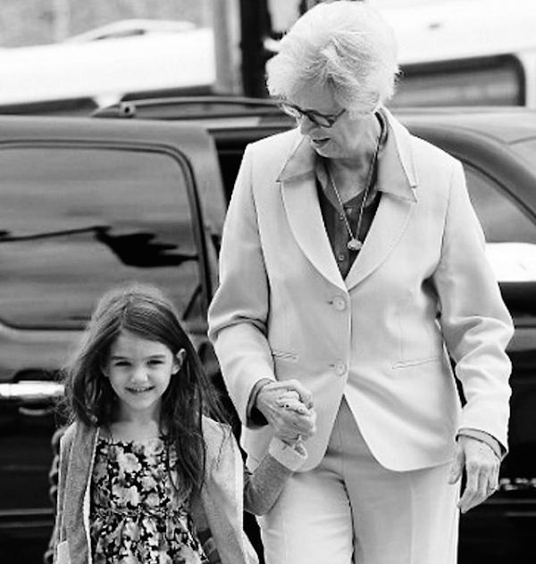Suri Cruise com a avó, mãe de Katie Holmes (Foto: Instagram)