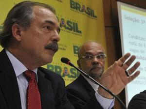 O ministro da educação Aloizio Mercadante durante entrevista nesta terça-feira (Foto: Valter Campanato/Agência Brasil)