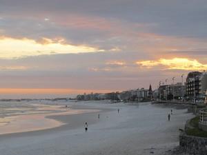 Por do sol na Praia do Forte, em Cabo Frio (Foto: Tássia Thum/G1)