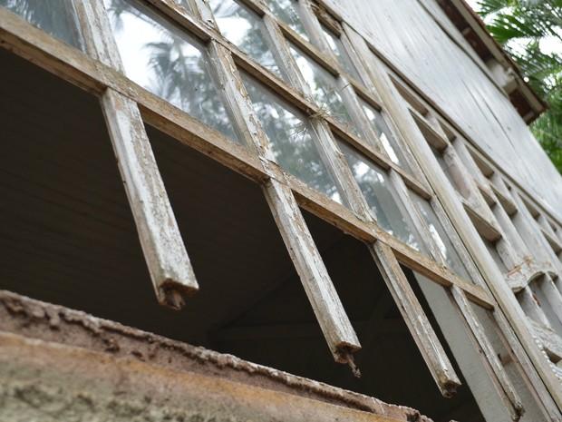Vidros quebrados em pavilhão ao lado do Museu Histórico de Ribeirão Preto (Foto: Rodolfo Tiengo/G1)