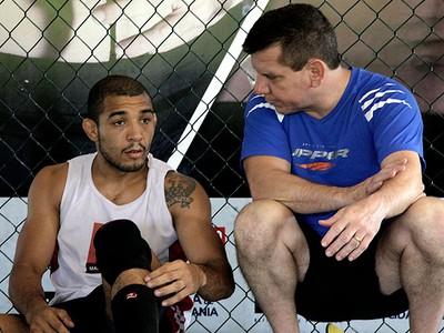 José Aldo ouve atentamente os conselhos de Dedé Pederneiras durante o treino (Foto: Leandro Lima)