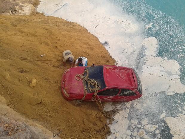 Carro do secretário de Meio Ambiente foi encontrado submerso em um lago de uma jazida, às margens da BR-316.  (Foto: Ronny Santos/Divulgação)