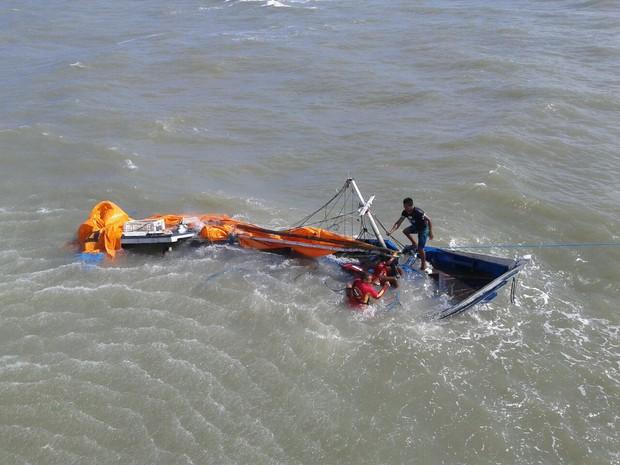 Embarcação naufraga em praia da Vila de Algodoal, no PA (Foto: Cabo Carlos/Corpo de Bombeiros)