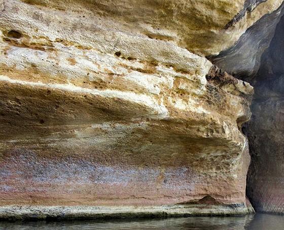 Eva possui uma visão mais abstrata da fotografia. Na imagem, as paredes de calcário formadas pela erosão do rio Manambolo (Foto: © Eva Reiter)