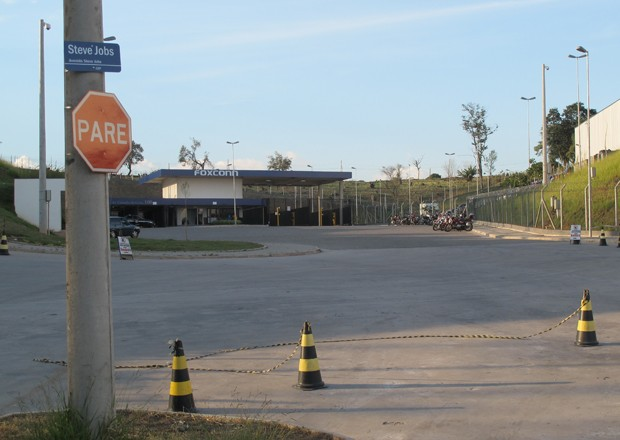 Avenida Steve Jobs fica em frente &#224; entrada da Foxconn (Foto: Rafael Miotto/G1)