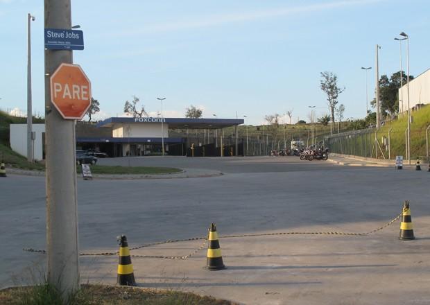 Avenida Steve Jobs fica em frente à entrada da Foxconn (Foto: Rafael Miotto/G1)