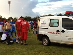 Em dividida de bola, Jhonis, do Araguaína é levado para o hospital (Foto: Vilma Nascimento/GloboEsporte.com)