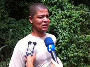 Júlio contou que quando chegou ao local do acidente, a aeronave já estava destruída  (Foto: Janaína Carvalho/G1)