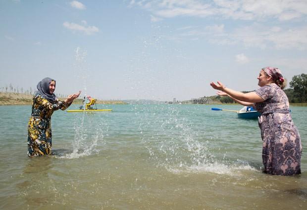 Autoridades chechenas criaram praia exclusiva para mulheres (Foto: Musa Sadulayev/AP)
