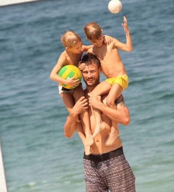 Rodrigo e os filhos no lugar predileto deles (Foto: Reprodução Instagram )