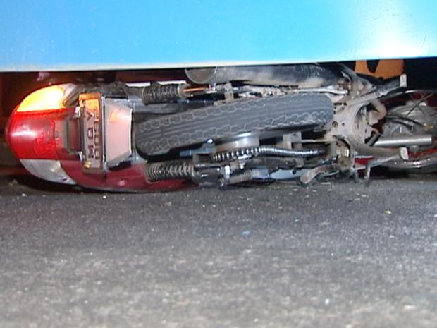 Moto foi parar embaixo de ônibus (Foto: Reprodução/TV Gazeta)